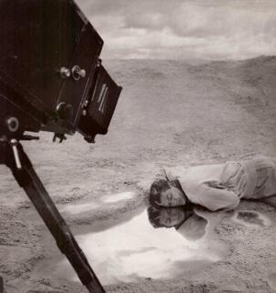 Jean-Marais-sur-le-tournage-du-film-Orphée-de-Jean-Cocteau.-Photographie-de-Roger-Corbeau
